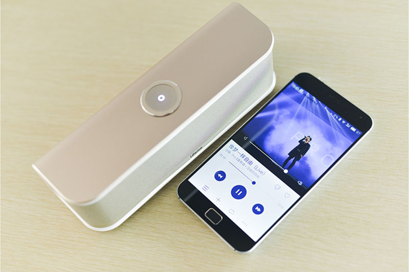 Портативная колонка Meizu Lifeme BTS10 Bluetooth Speaker серебристого цвета